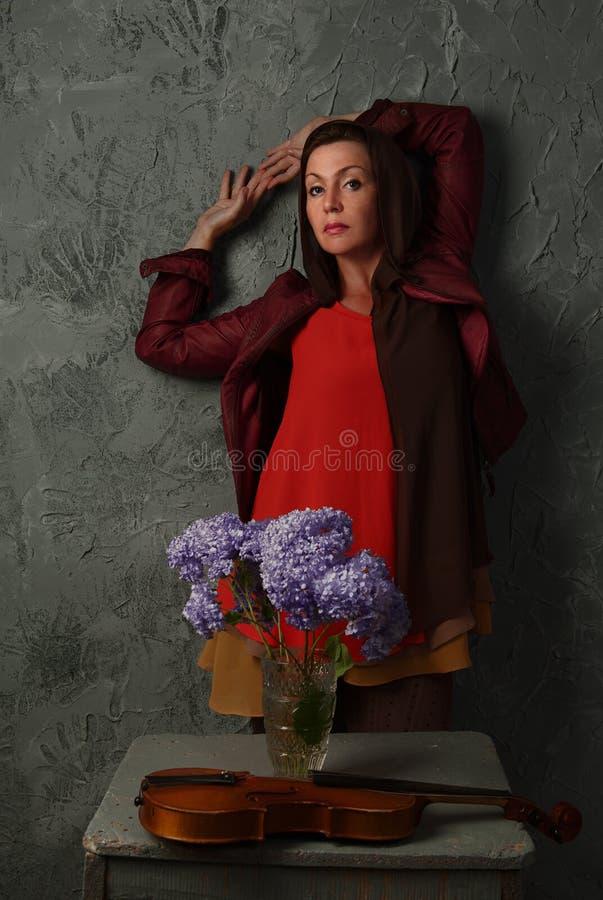 Bella donna con i fiori fotografie stock libere da diritti