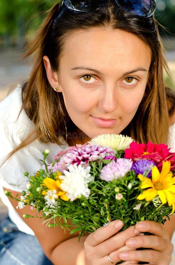 Bella donna con i fiori colourful fotografia stock