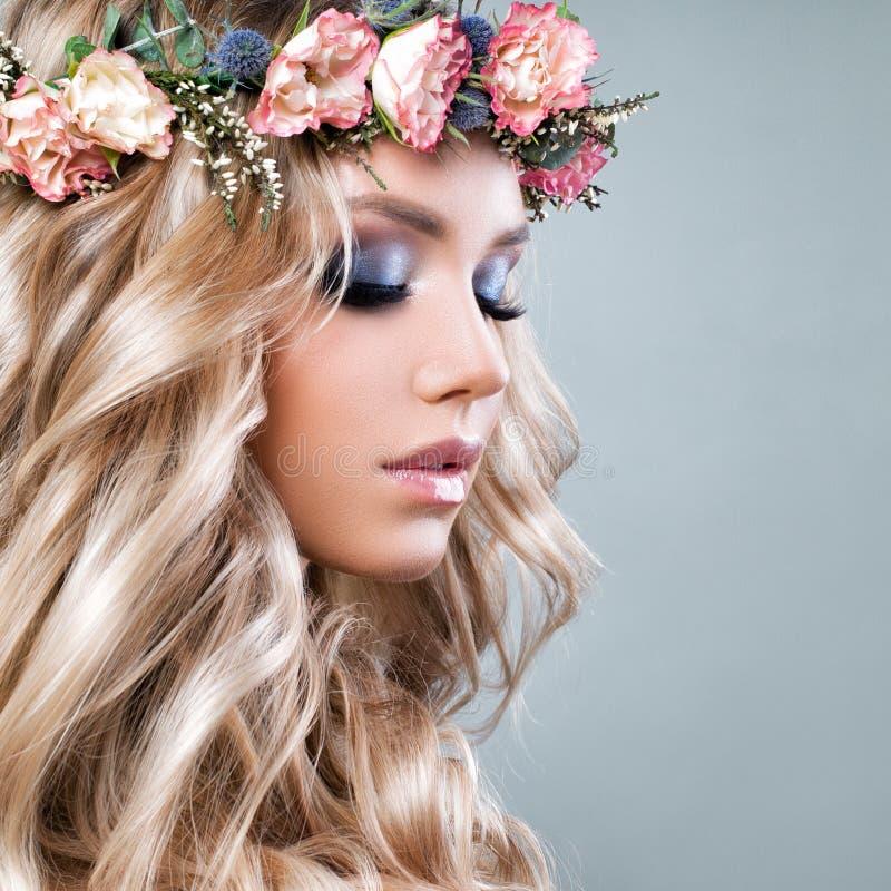 Bella donna con i fiori di rosa di estate fotografia stock
