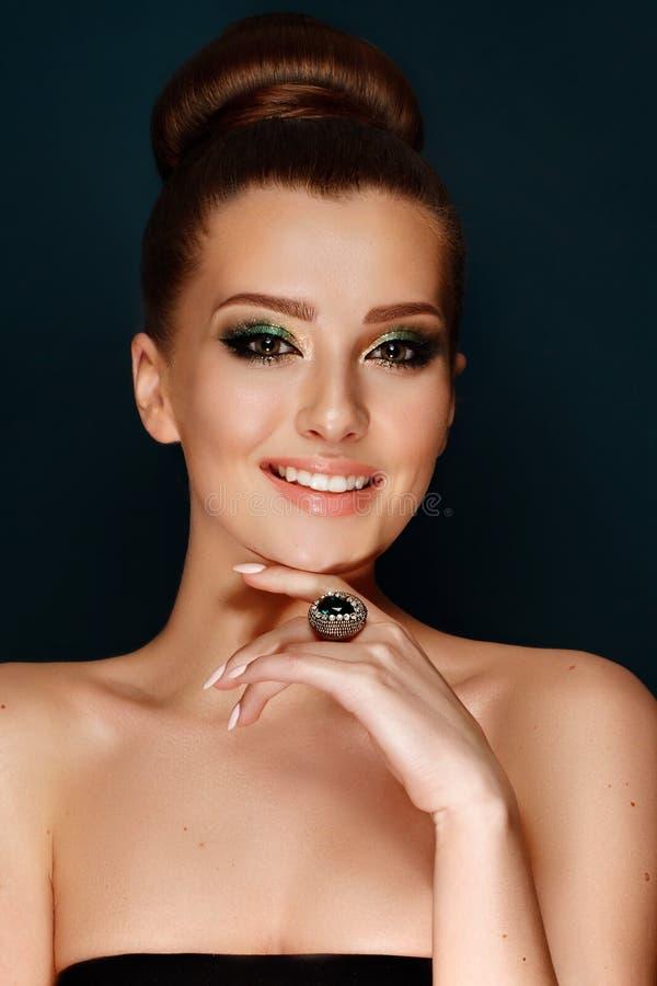 Bella donna con i gioielli di trucco di sera fotografia stock