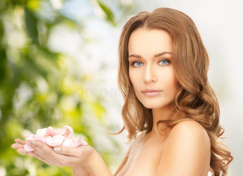 Bella donna con i petali rosa fotografia stock