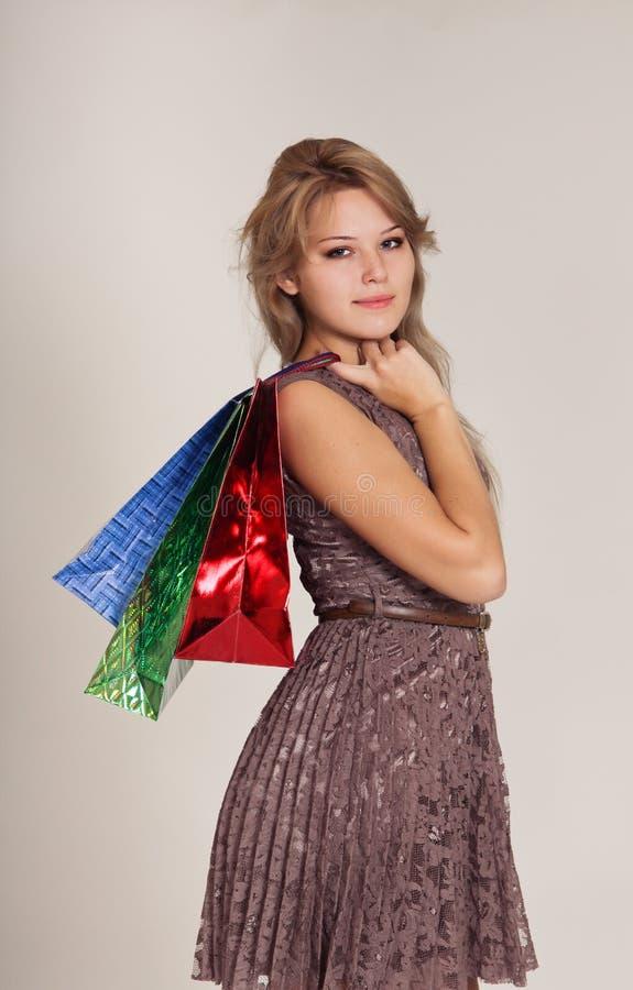 Bella donna con i sacchetti della spesa fotografie stock libere da diritti