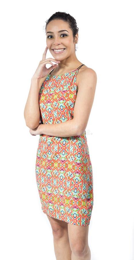 Bella donna con il bello sorriso Porta un vestito variopinto fotografia stock libera da diritti
