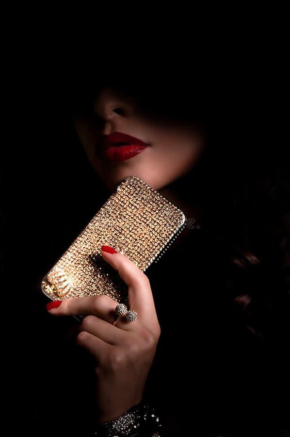 Bella donna con il bijouterie dei gioielli nello scuro fotografie stock