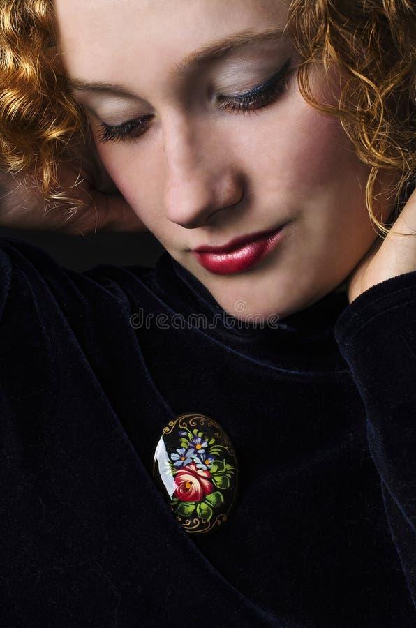 Bella donna con il brooch immagini stock
