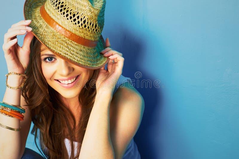 Bella donna con il cappello di paglia che sorride e felice fotografie stock