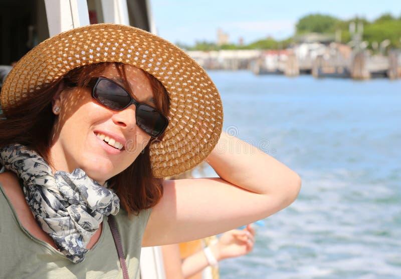 Bella donna con il cappello di paglia ed i vetri di sole fotografie stock libere da diritti