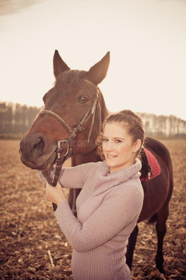 bella donna con il cavallo immagine stock