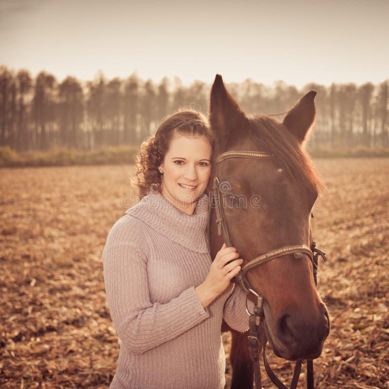 bella donna con il cavallo immagini stock