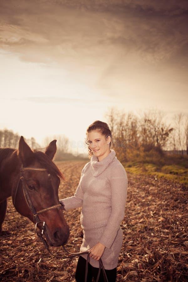 bella donna con il cavallo immagini stock libere da diritti