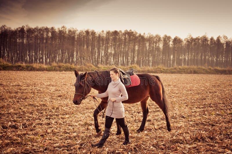 bella donna con il cavallo fotografia stock