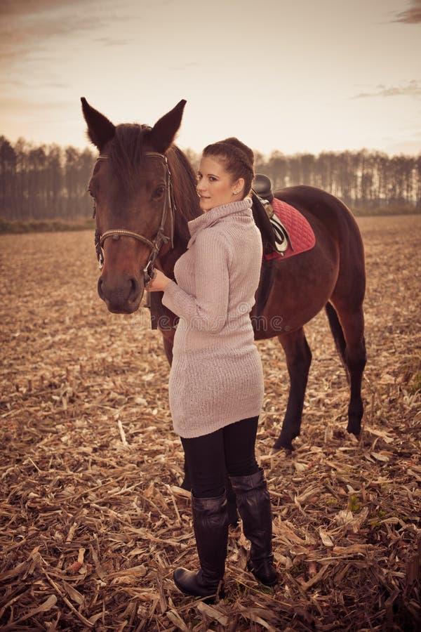bella donna con il cavallo fotografie stock libere da diritti