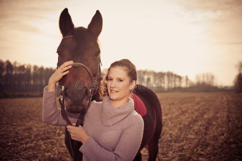 bella donna con il cavallo fotografia stock libera da diritti