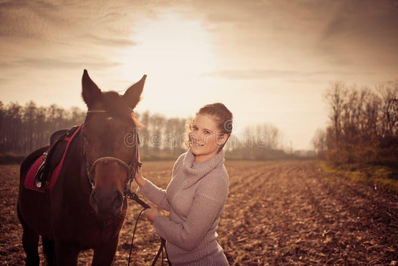 bella donna con il cavallo fotografie stock