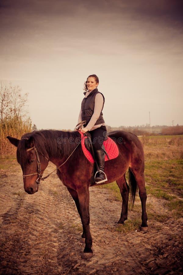 bella donna con il cavallo immagine stock libera da diritti