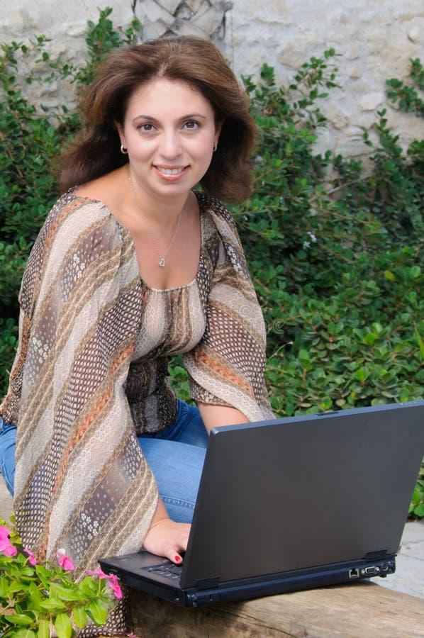 Bella donna con il computer portatile immagini stock libere da diritti