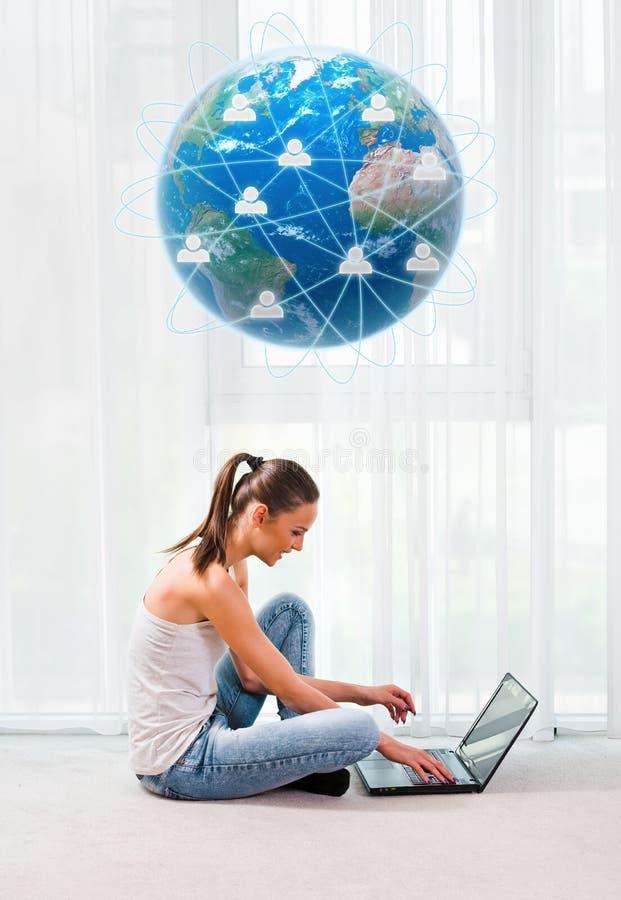 Bella donna con il concetto del computer portatile, di comunicazione e del collegamento fotografia stock libera da diritti