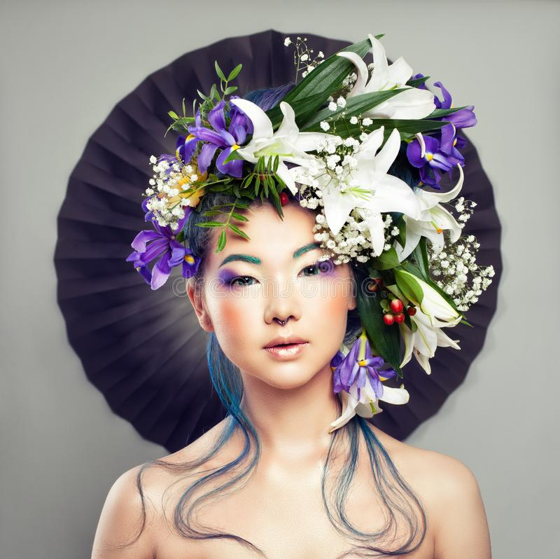 Bella donna con il fiore sulla suoi testa e trucco creativo immagine stock libera da diritti