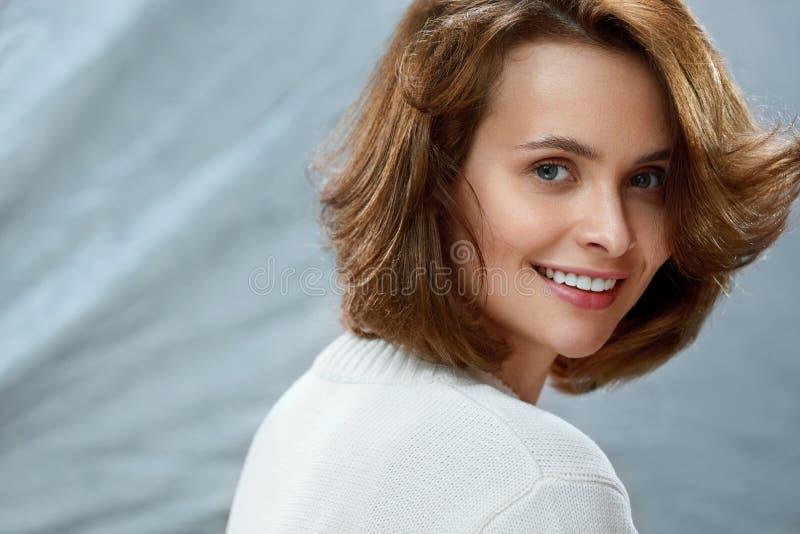 Bella donna con il fronte di bellezza, i capelli di scarsità ed il trucco naturale fotografia stock