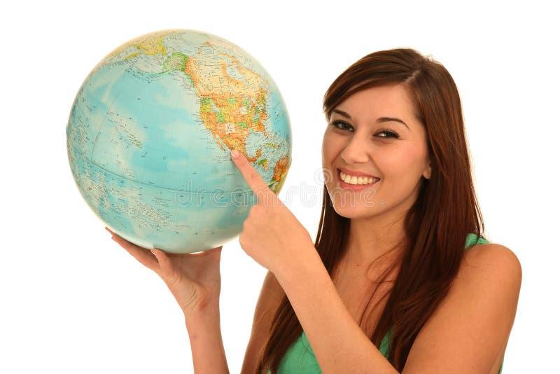 Bella donna con il globo del mondo fotografia stock libera da diritti