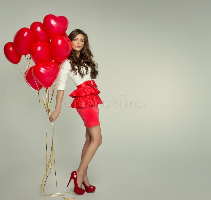 Bella donna con il pallone rosso immagine stock libera da diritti