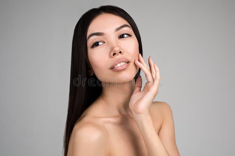 Bella donna con il ritratto perfetto della pelle isolato su Gray Background immagini stock libere da diritti