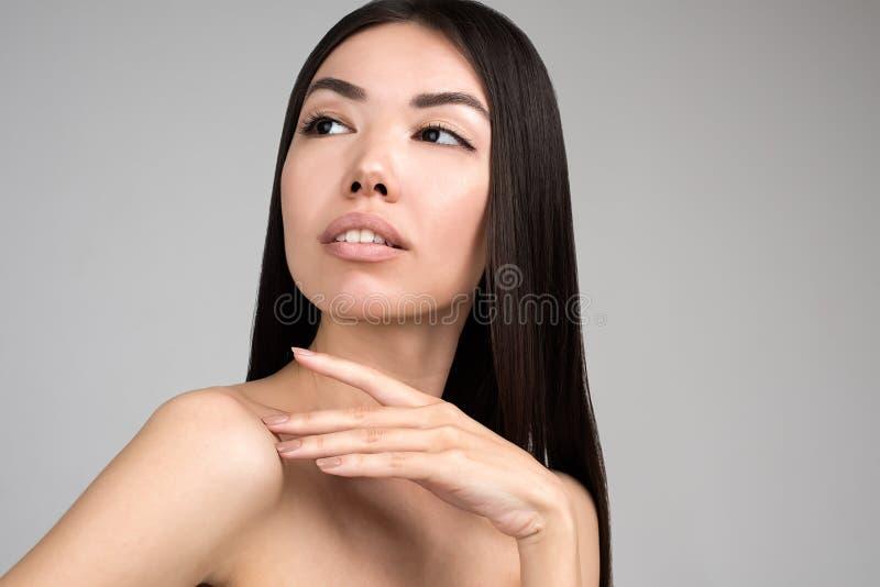 Bella donna con il ritratto perfetto della pelle isolato su Gray Background fotografia stock libera da diritti