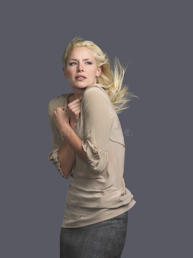 Bella donna con il salto dei capelli e armi attraversate immagine stock libera da diritti