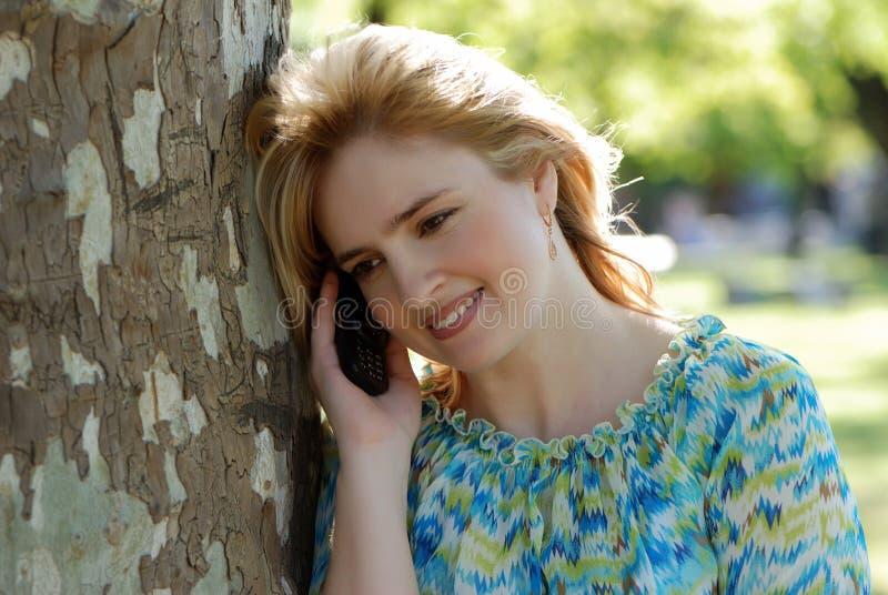 Bella donna con il telefono mobile fotografie stock libere da diritti