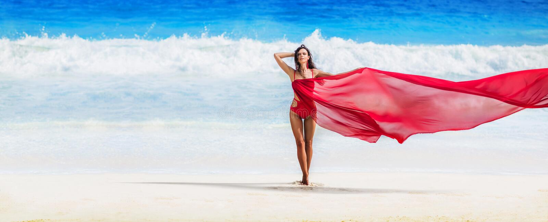Bella donna con il tessuto di volo di colore rosso fotografia stock
