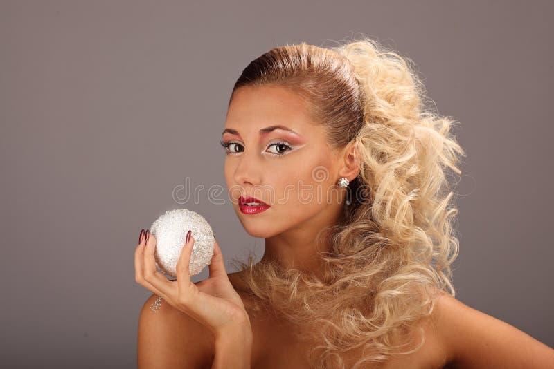 Bella donna con l'acconciatura ed il fascino di modo immagini stock