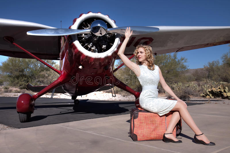 Aereo Privato Prezzi : Bella donna con l aereo privato immagine stock
