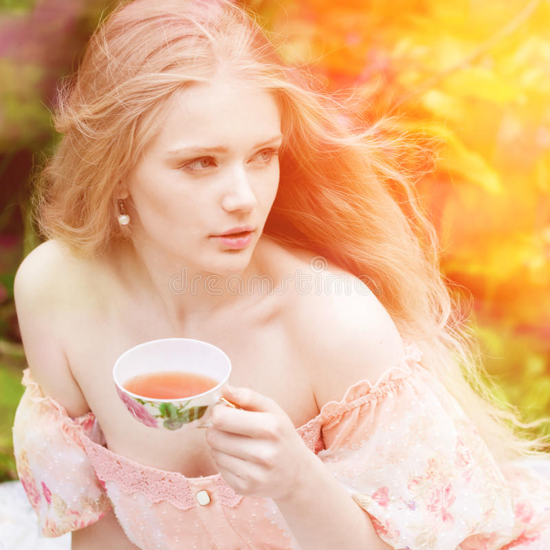Bella donna con l'albero di fioritura Ragazza di bellezza in giardino fotografie stock