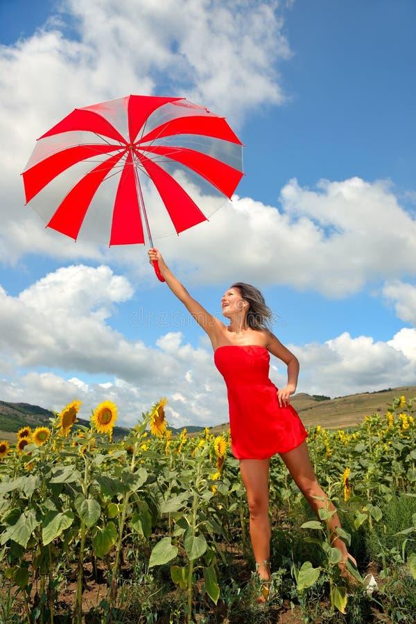 Bella donna con l'ombrello in estate immagine stock libera da diritti