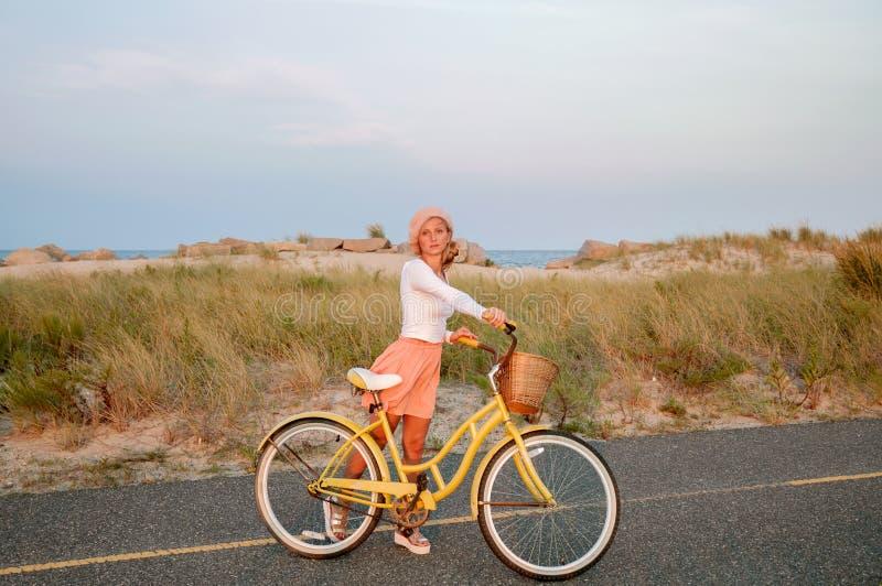 Bella donna con la bici sulla spiaggia fotografie stock libere da diritti