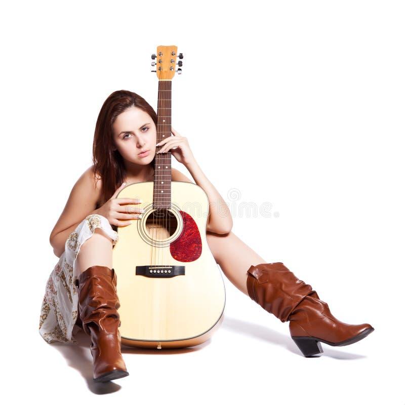 Bella donna con la chitarra fotografie stock libere da diritti