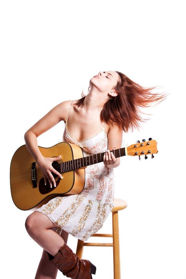 Bella donna con la chitarra immagini stock libere da diritti