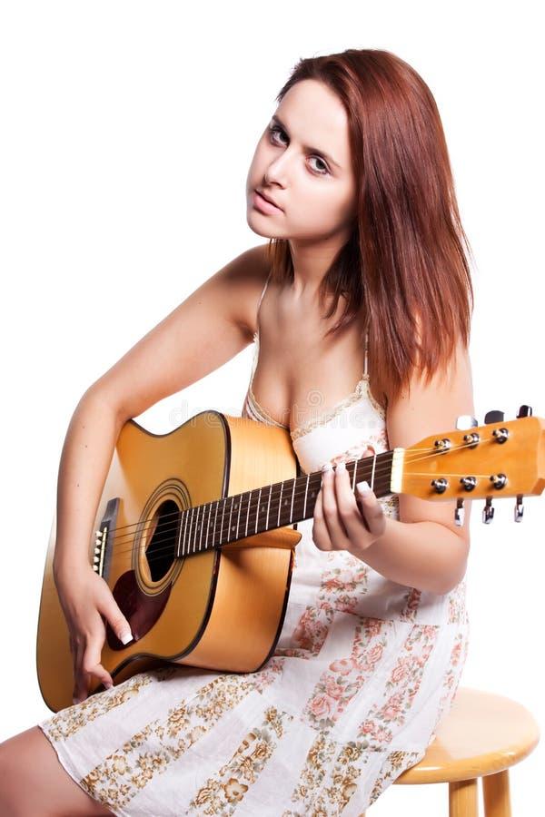 Bella donna con la chitarra immagine stock