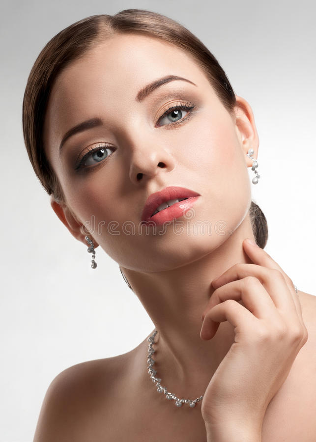Bella donna con la collana della perla immagini stock libere da diritti