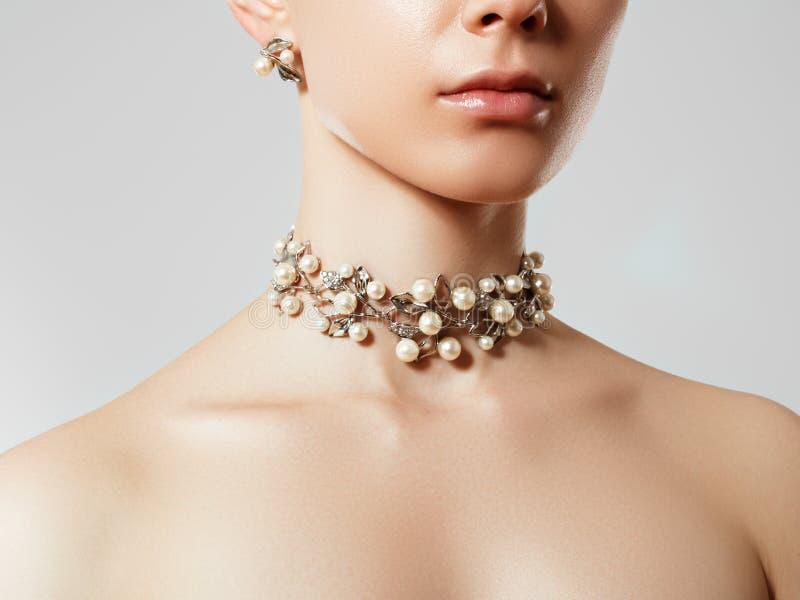 Bella donna con la collana della perla Giovane modello di bellezza con il pendente e gli orecchini della perla Gioielli ed access fotografia stock libera da diritti