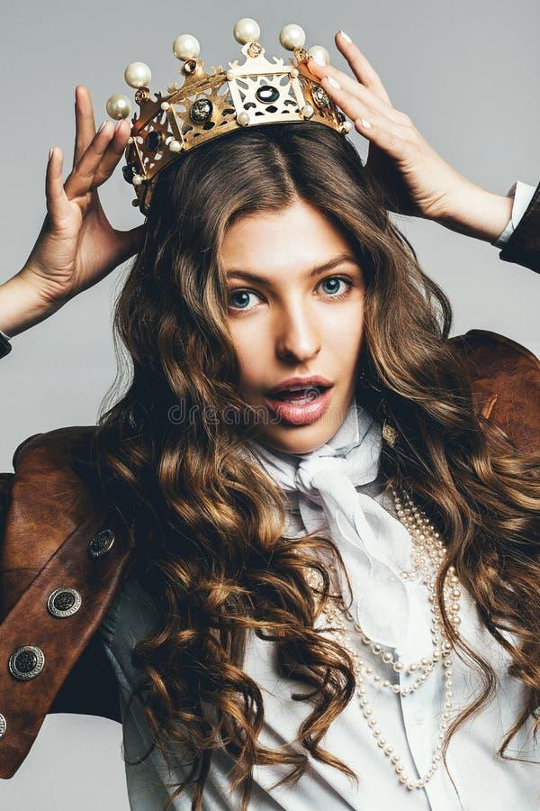 Bella donna con la corona lunga della tenuta dei capelli immagini stock