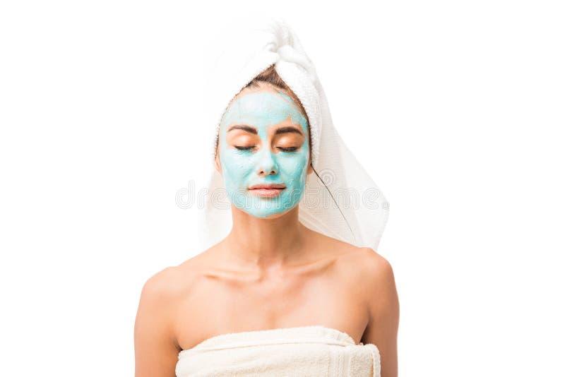 Bella donna con la maschera cosmetica sul fronte fotografie stock