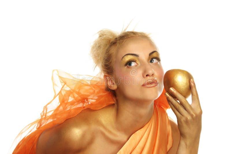 Bella donna con la mela dell'oro immagini stock libere da diritti