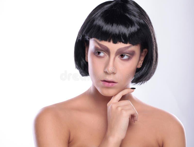 Bella donna con la pelle del fronte di bellezza ed il trucco di fascino immagini stock