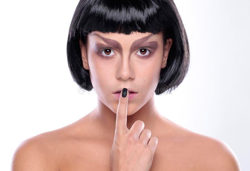 Bella donna con la pelle del fronte di bellezza ed il trucco di fascino fotografia stock libera da diritti