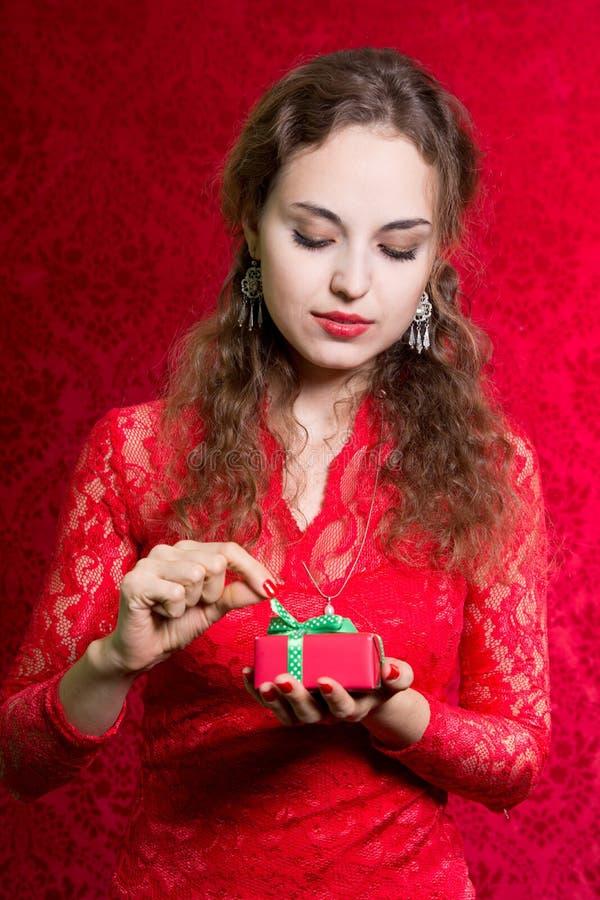 Bella donna con la sorpresa del presente del contenitore di regalo di giorno di biglietti di S. Valentino immagini stock libere da diritti