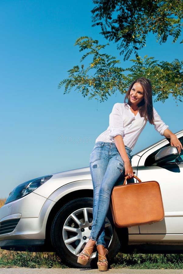 Bella donna con la valigia immagini stock