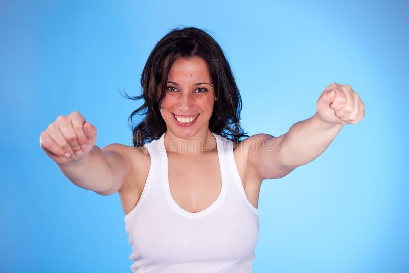 Bella donna con le braccia alzate come signa di vittoria immagine stock
