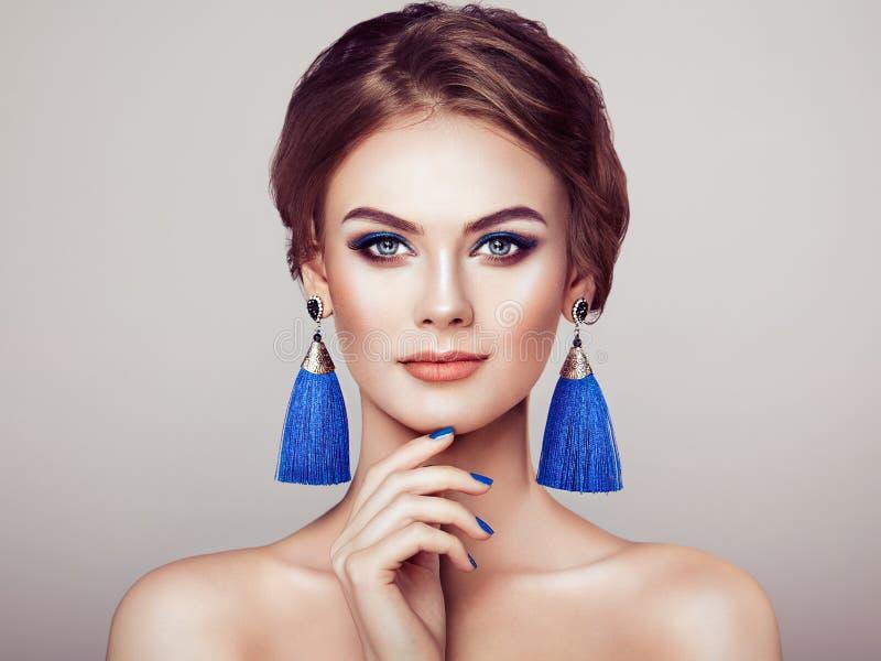 Bella donna con le grandi nappe degli orecchini fotografia stock libera da diritti