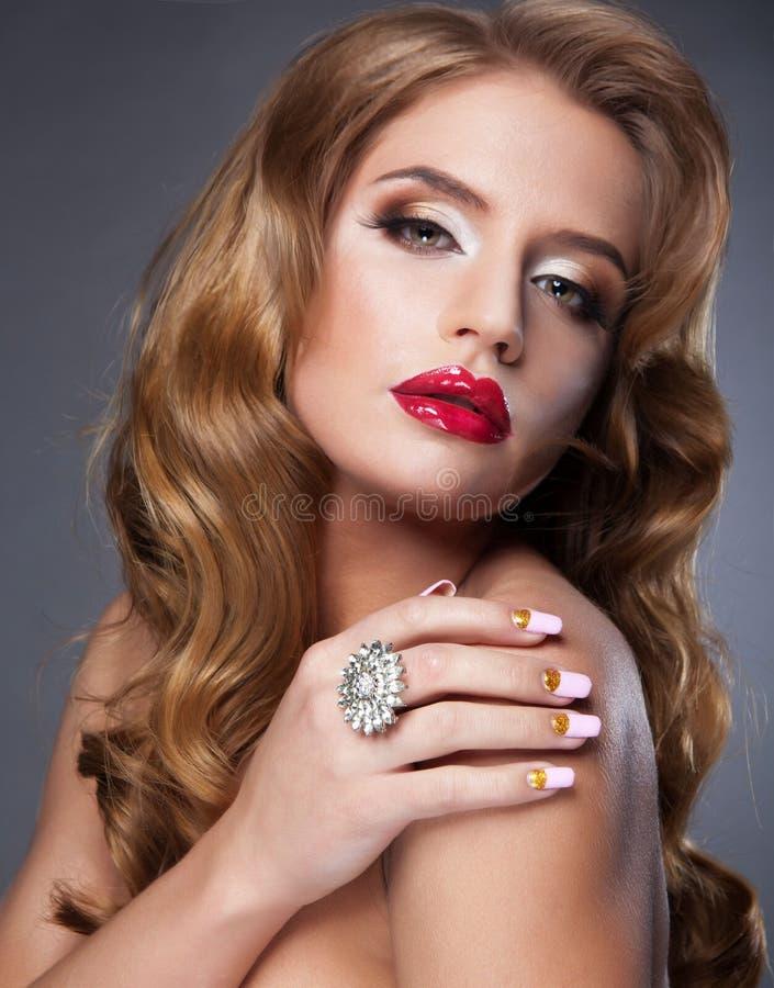 bella donna con le labbra paffute rosse fotografia stock libera da diritti